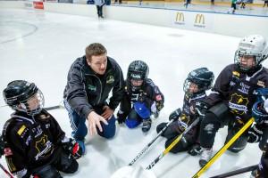 Trener Anders gir instruksjoner, her fra en turnering i fjor. Spillerne lytter!