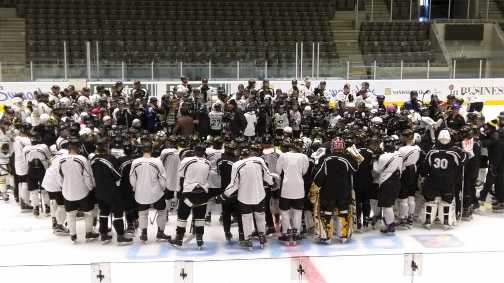 Underveis i filmingen til ny Oilers-intro. Spillere fra Stavanger Hockey i alle aldre samlet på isen sammen med Oilers og Oilers U20.