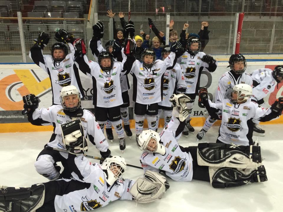 Stavnager Sort (lånte drakter) med Hvit i bakgrunnen feirer den DEILIGE 3-2-seieren over Ringerike Panther i Storhamar Big-Ice U11 2015!